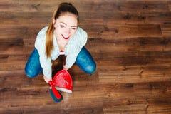 Plancher en bois rapide de femme de nettoyage Image libre de droits