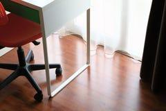 Plancher en stratifié près des portes en verre, comme fond d'intérieurs photographie stock
