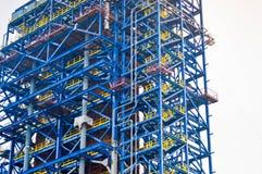Plancher, escaliers sur une unité de processus énorme, raffinerie de pétrole, centrale pétrochimique images stock