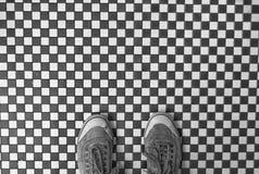 Plancher et chaussures quadrillés Image stock