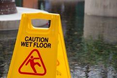 Plancher humide de précaution Photos stock