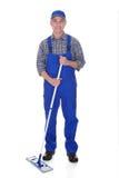 Plancher mûr de nettoyage d'homme avec le balai Photographie stock