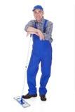 Plancher mûr de nettoyage d'homme avec le balai Photographie stock libre de droits