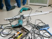 Plancher malpropre de sur-le-champ où techniciens installant la fenêtre de glissement pour un appartement image libre de droits