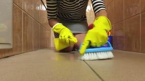 Plancher propre de salle de bains de femme banque de vidéos