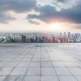 Plancher vide avec l'horizon moderne de ville Photo stock