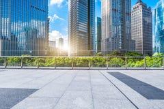 Plancher vide de brique avec le bâtiment moderne à l'arrière-plan Photos libres de droits