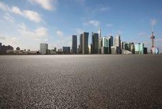Plancher vide de couche de surface avec des bâtiments de point de repère de ville de Shangha Image stock
