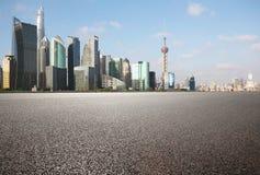 Plancher vide de couche de surface avec des bâtiments de point de repère de ville de Shangha Image libre de droits
