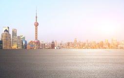 Plancher vide de couche de surface avec des bâtiments de point de repère de ville de Shangha Photos libres de droits