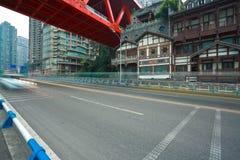 Plancher vide de route avec l'ironbridge rouge et l'architecture antique Photo libre de droits