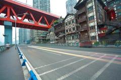 Plancher vide de route avec l'ironbridge rouge et l'architecture antique Photo stock