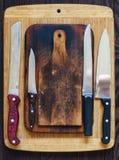 Planches à découper en bois et divers couteaux de cuisine photos libres de droits