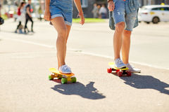 Planches à roulettes adolescentes d'équitation de couples sur la rue de ville Photos libres de droits