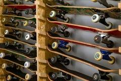 Planches à roulettes sur l'étagère d'en haut Photographie stock libre de droits
