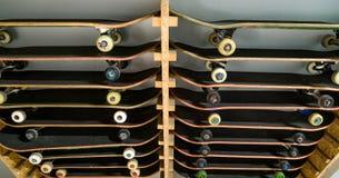 Planches à roulettes sur l'étagère d'en haut Photos stock