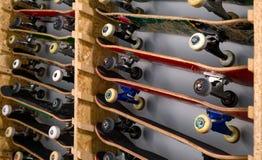 Planches à roulettes sur l'étagère d'en haut Photographie stock