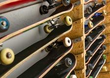 Planches à roulettes sur l'étagère d'en haut Image stock