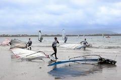Planches à voile atlantiques étant prêtes pour emballer et surfer Images stock