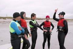 Planches à voile ayant un rire sur le bord de la mer Photographie stock