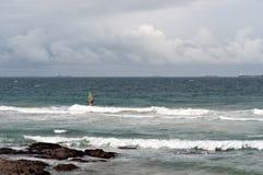 Planches à voile dans les vagues aux roches d'Umhlanga photographie stock libre de droits