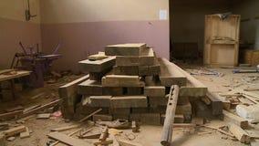 Planches de bois de construction de bois dur à un atelier, Bolivie banque de vidéos