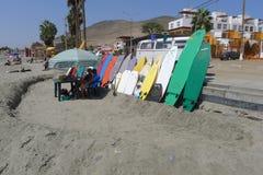 Planches de surf colorées multi en plage de Cerro Azul Images libres de droits