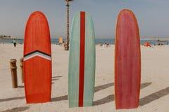 Planches de surf sur l'endroit de plage images stock