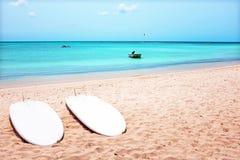 Planches de surf sur le Palm Beach sur l'île d'Aruba Image stock