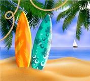 Planches de surf sur une plage contre un paysage marin ensoleillé Photos stock
