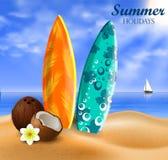 Planches de surf sur une plage contre un paysage marin ensoleillé Photographie stock libre de droits