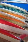 Planches de surfing brillamment colorées s'étendant sur le sable Photos libres de droits