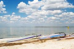 Planches de surfing sur une plage un compartiment de mer Image stock