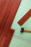 Planches en bambou en bois de plancher de bois dur étant étendues Photo libre de droits