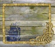 Planches en bois avec la corde et le bateau de mer Photos stock