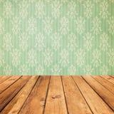 Planches en bois de vintage au-dessus de fond de vert de bokeh Image stock