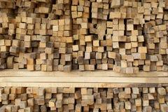 Planches en bois empilées dans les rangées image stock