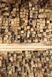 Planches en bois empilées dans les rangées photos libres de droits