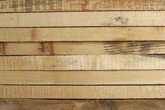 Planches en bois empilées dans les rangées images libres de droits