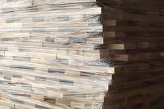 Planches en bois empilées dans les rangées enveloppées dans l'aluminium en plastique Image libre de droits