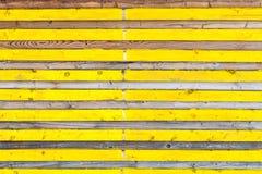 Planches en bois latérales avec alterner la couleur jaune et la texture naturelle photos stock