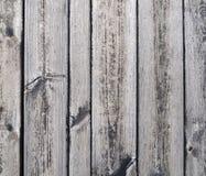 Planches grises verticalement orientées de vieille table en bois de jardin sous le soleil image libre de droits