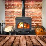 Planches rustiques, fourneau brûlant en bois Photographie stock libre de droits