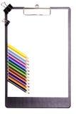 Planchette avec des crayons illustration de vecteur