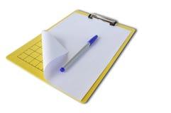 Planchette avec les papiers et le crayon lecteur bleu photographie stock