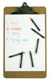 Planchette avec une liste et des crayons de to-do de childs photographie stock libre de droits