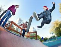 Planchiste dans le skatepark Photos libres de droits