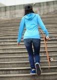 Planchiste de femme marchant sur des escaliers Photographie stock libre de droits