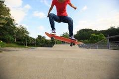 Planchiste de femmes faisant de la planche à roulettes au skatepark Images libres de droits