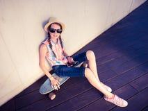 Planchiste de fille de hippie écoutant la musique Image stock